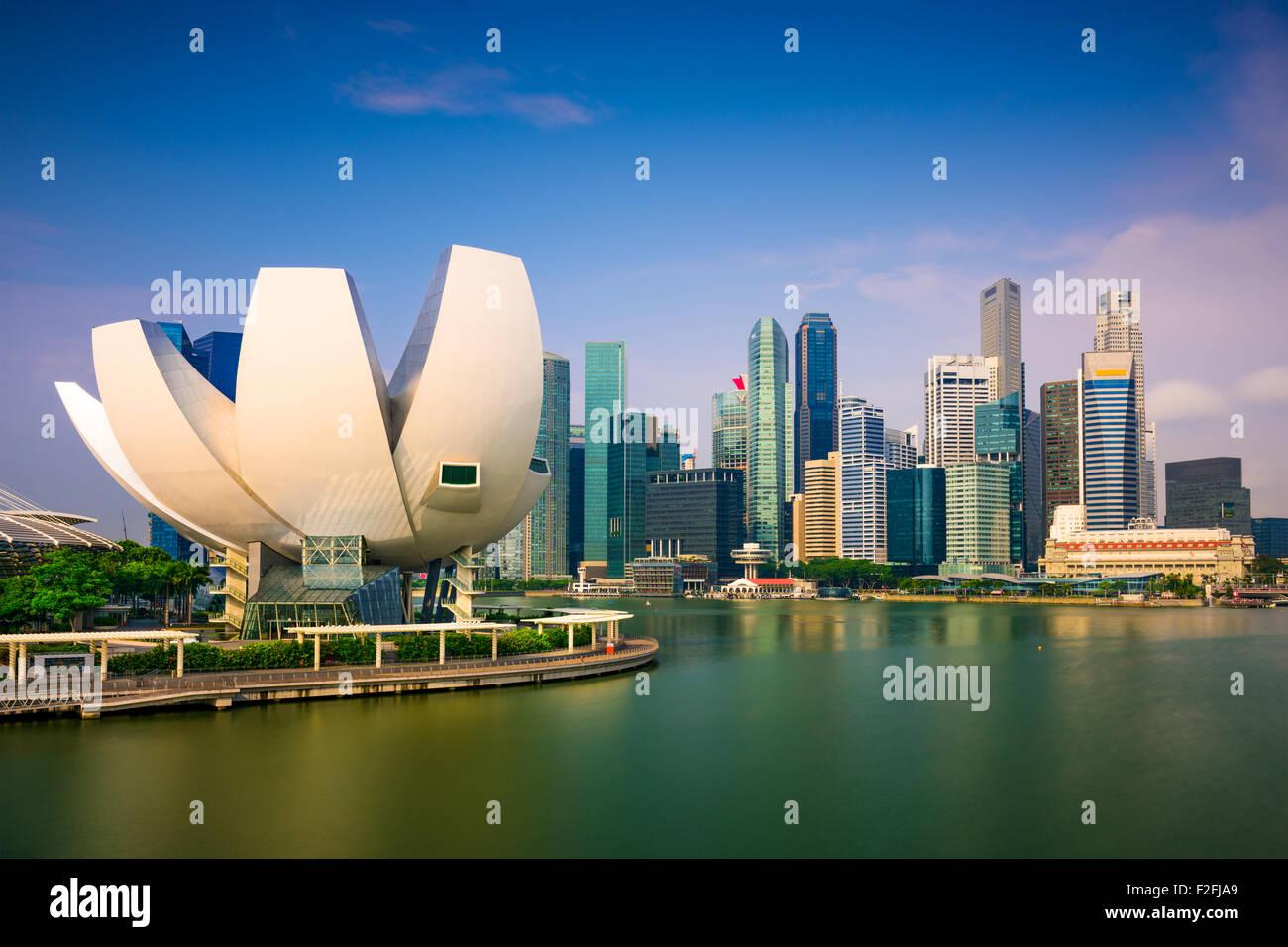 Lo skyline di Singapore presso il Marina Bay. Immagini Stock