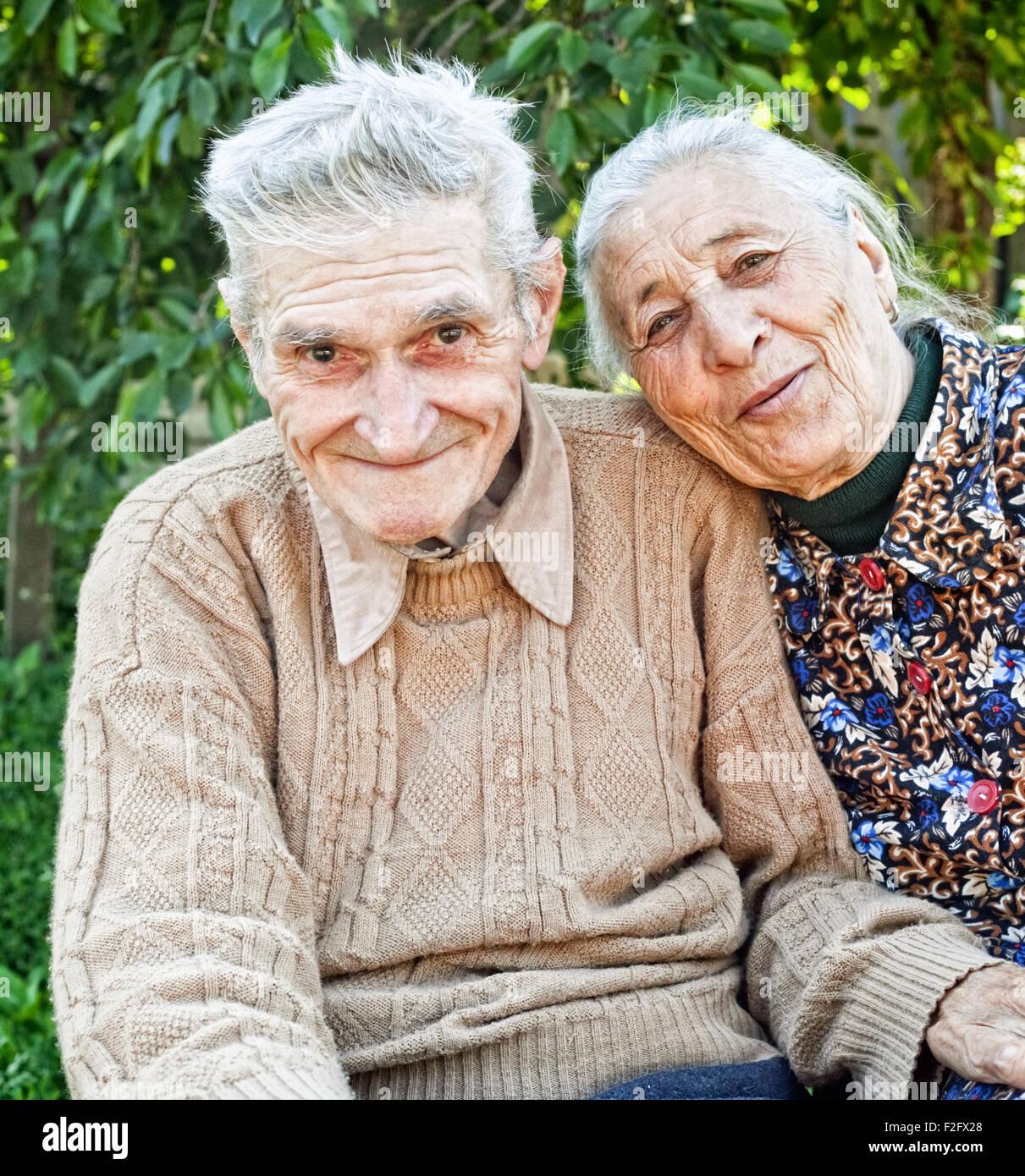 Felice e gioiosa vecchia coppia senior outdoor Immagini Stock