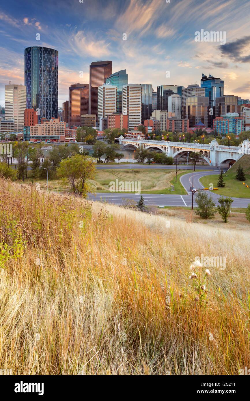 Lo skyline del centro cittadino di Calgary, Alberta, Canada, fotografata al tramonto. Immagini Stock