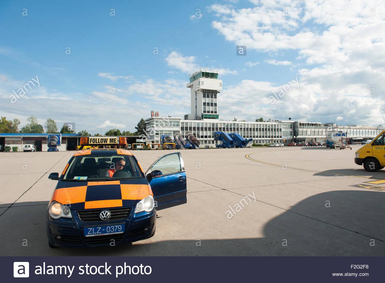 Zagabria Croazia Zagabria aeroporto di Pleso. Follow me auto. Immagini Stock
