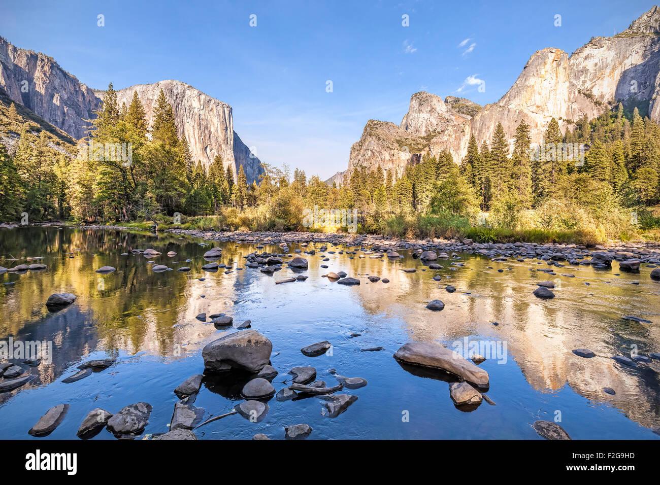 Merced River nel Parco Nazionale di Yosemite al tramonto, California, Stati Uniti d'America. Immagini Stock