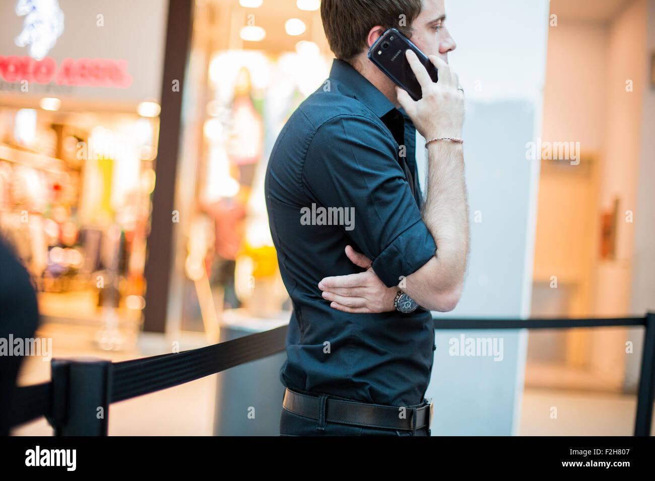 Telefono, uomo che parla, uomo, shopping, I phone uomo in attesa, linee Immagini Stock