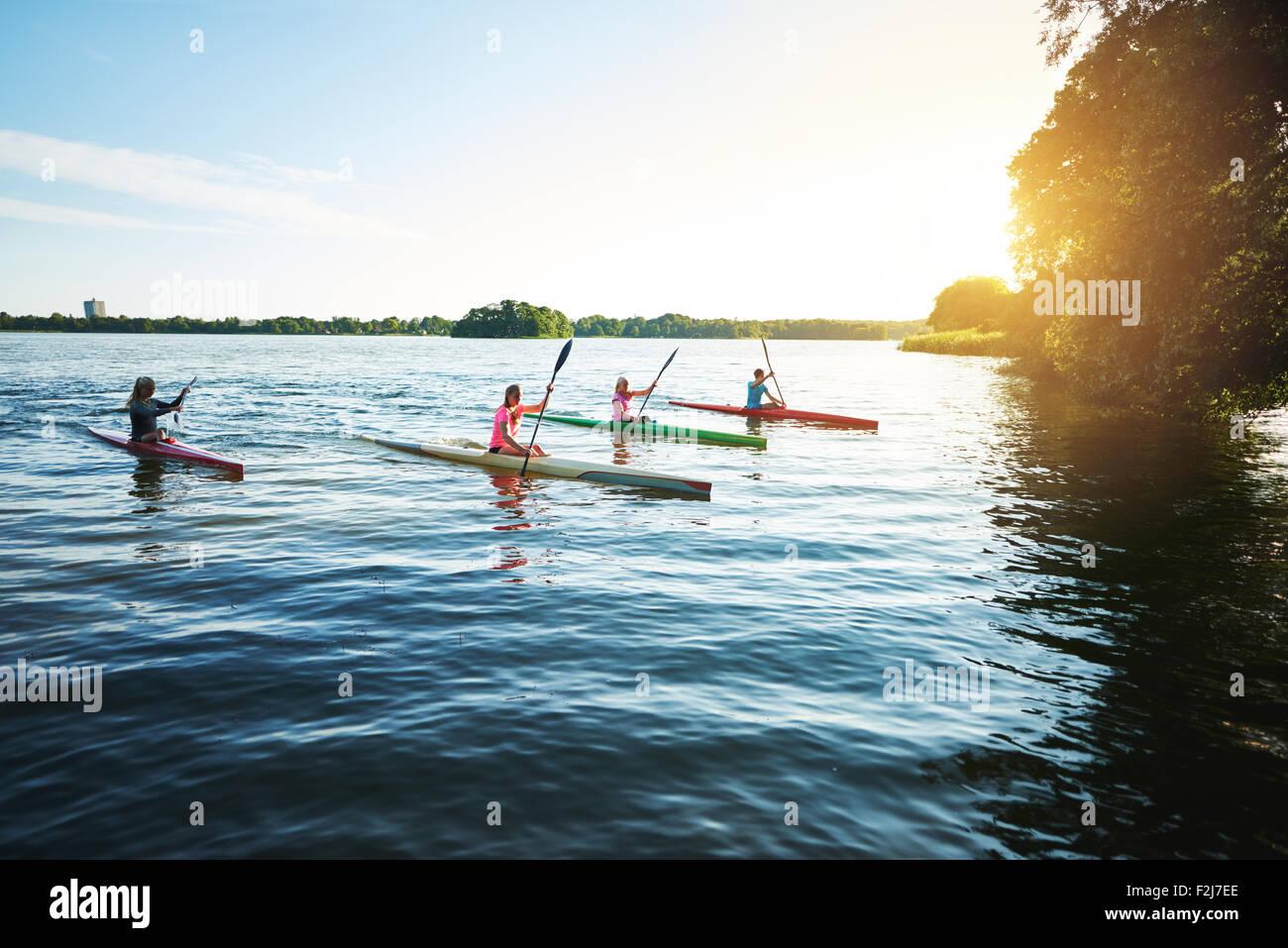 Equipe di Sports Kayak racing sul lago Immagini Stock