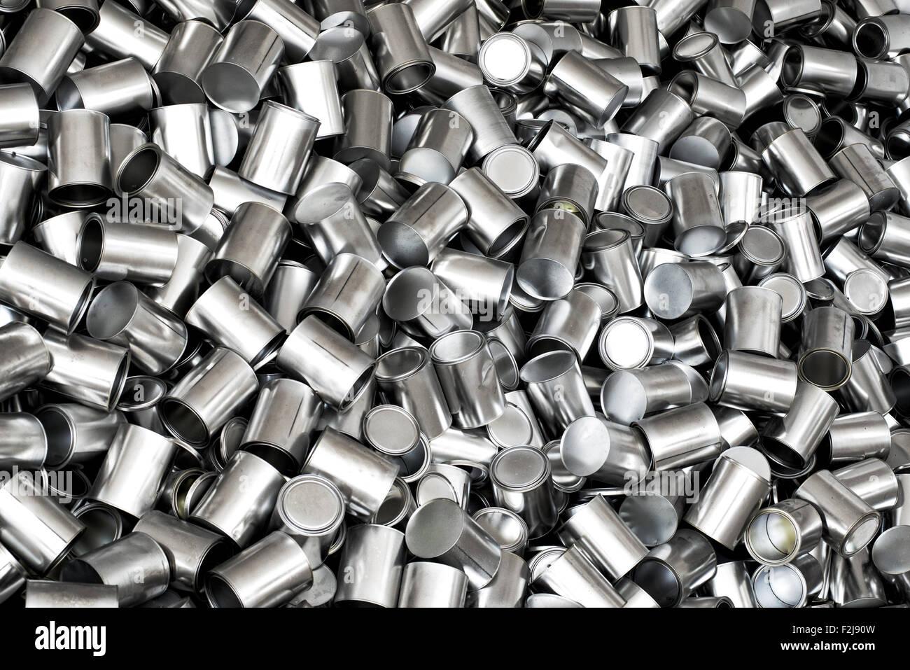 Texture di sfondo di nuove lattine vuote per la produzione di conserve di prodotti alimentari visto dal sovraccarico Immagini Stock