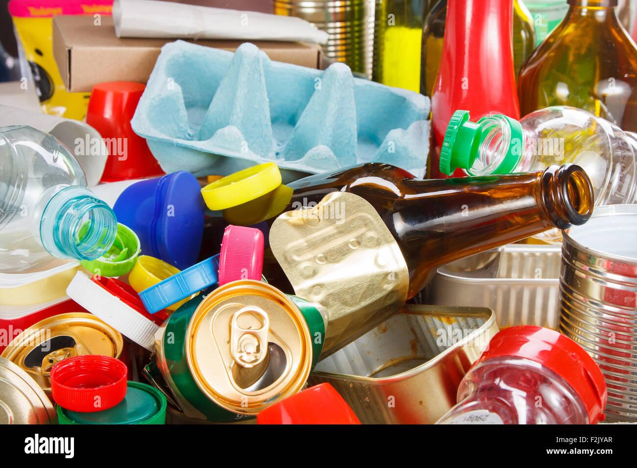 Riciclaggio rifiuti riutilizzabili e gestione dei rifiuti come metallo, plastica, vecchi prodotti di carta per essere Immagini Stock