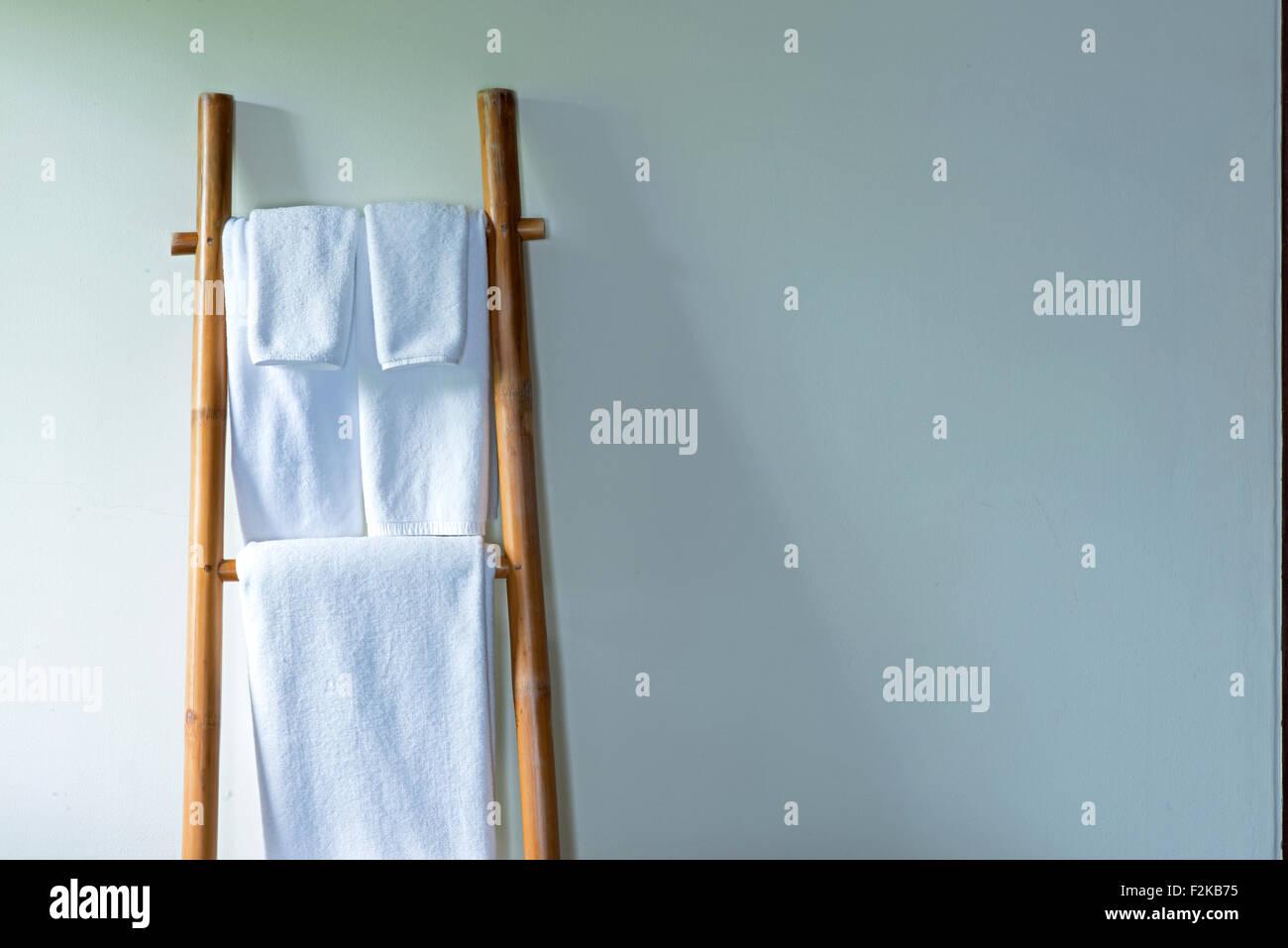 Asciugamani appesa al gancio di bambù e pronto per l'uso Immagini Stock