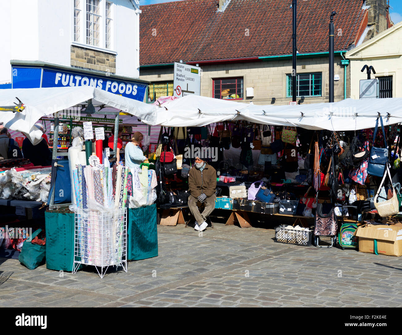 La religione sikh stallholder a Otley mercato, West Yorkshire, Inghilterra, Regno Unito Immagini Stock