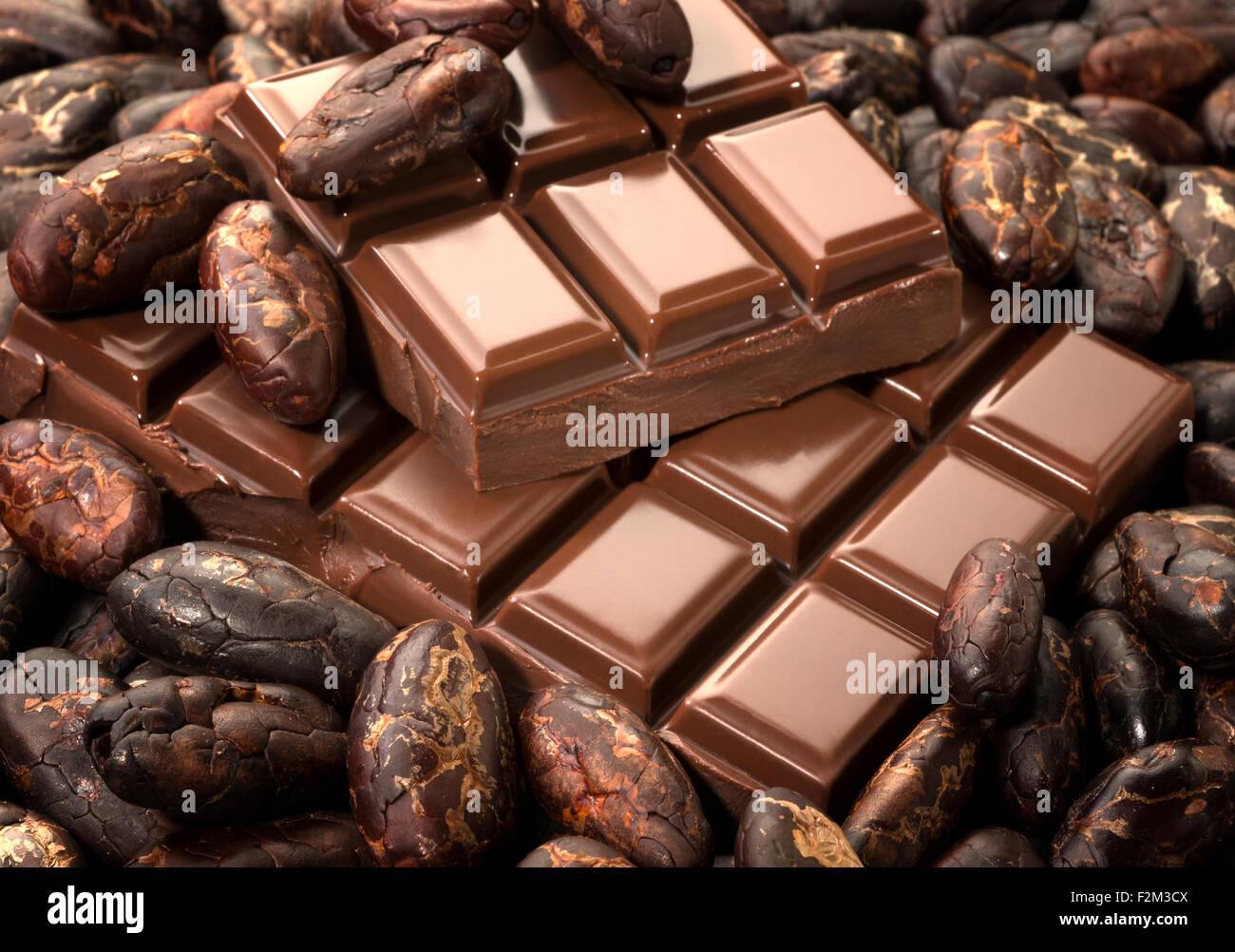 Le fave di cacao e barrette di cioccolato Immagini Stock