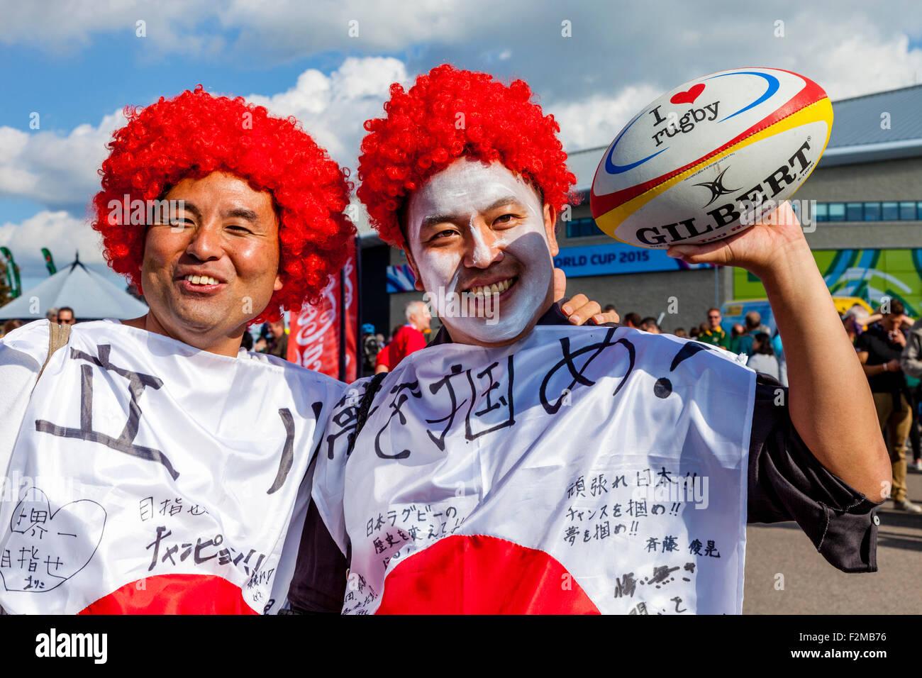 Giapponese di rugby fan di arrivare a guardare il loro gioco di squadra Sud Africa nella partita di apertura dei Immagini Stock