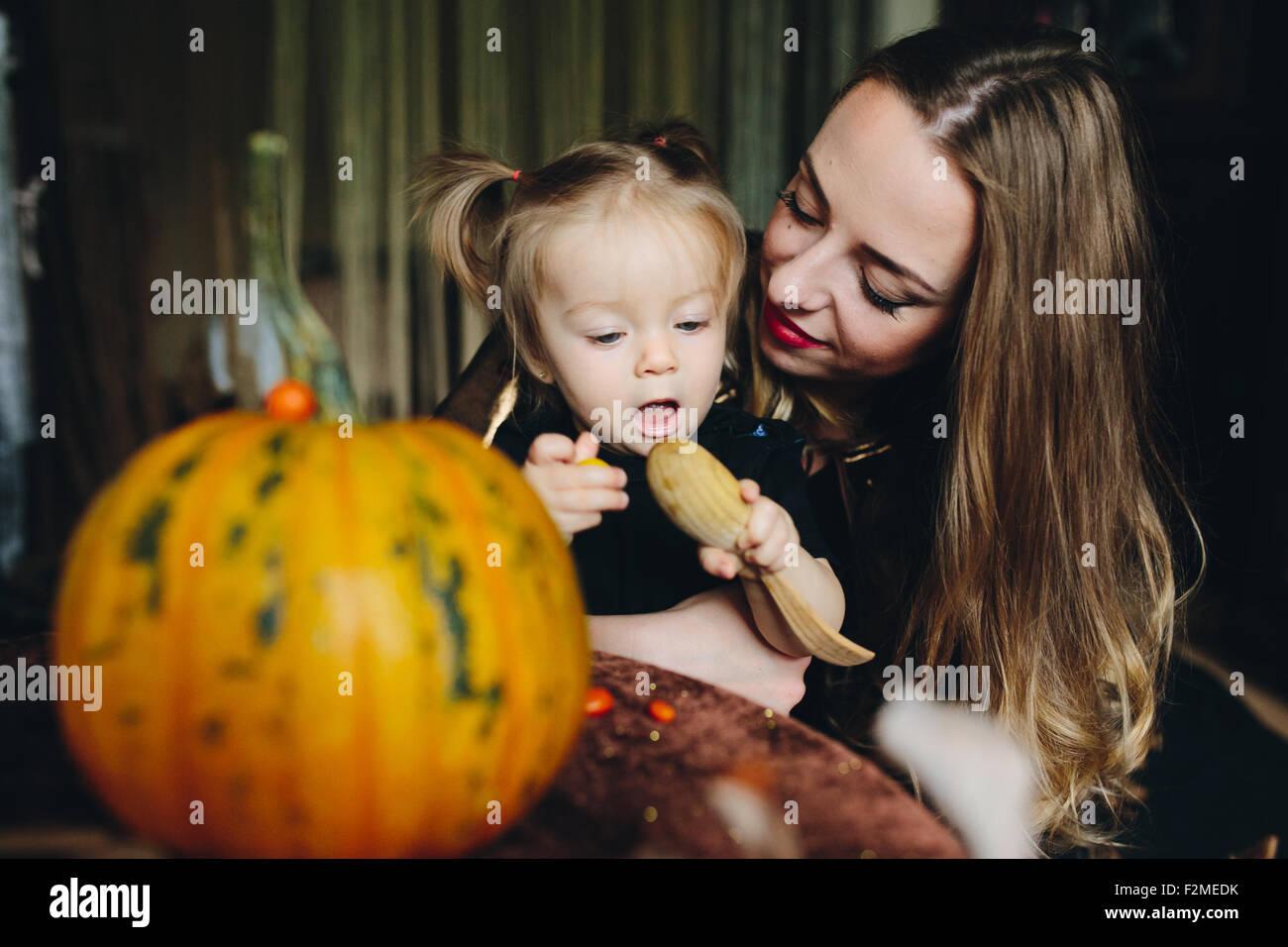 Madre e figlia insieme giocando a casa Immagini Stock
