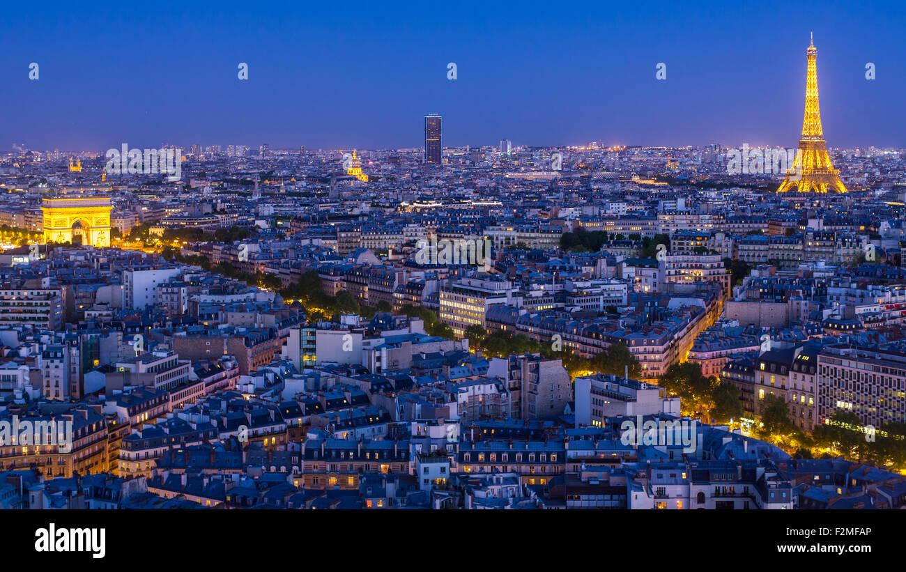 Paris skyline della città, l'Arco di Trionfo e la Torre Eiffel, vista sopra i tetti di Parigi, Francia, Immagini Stock