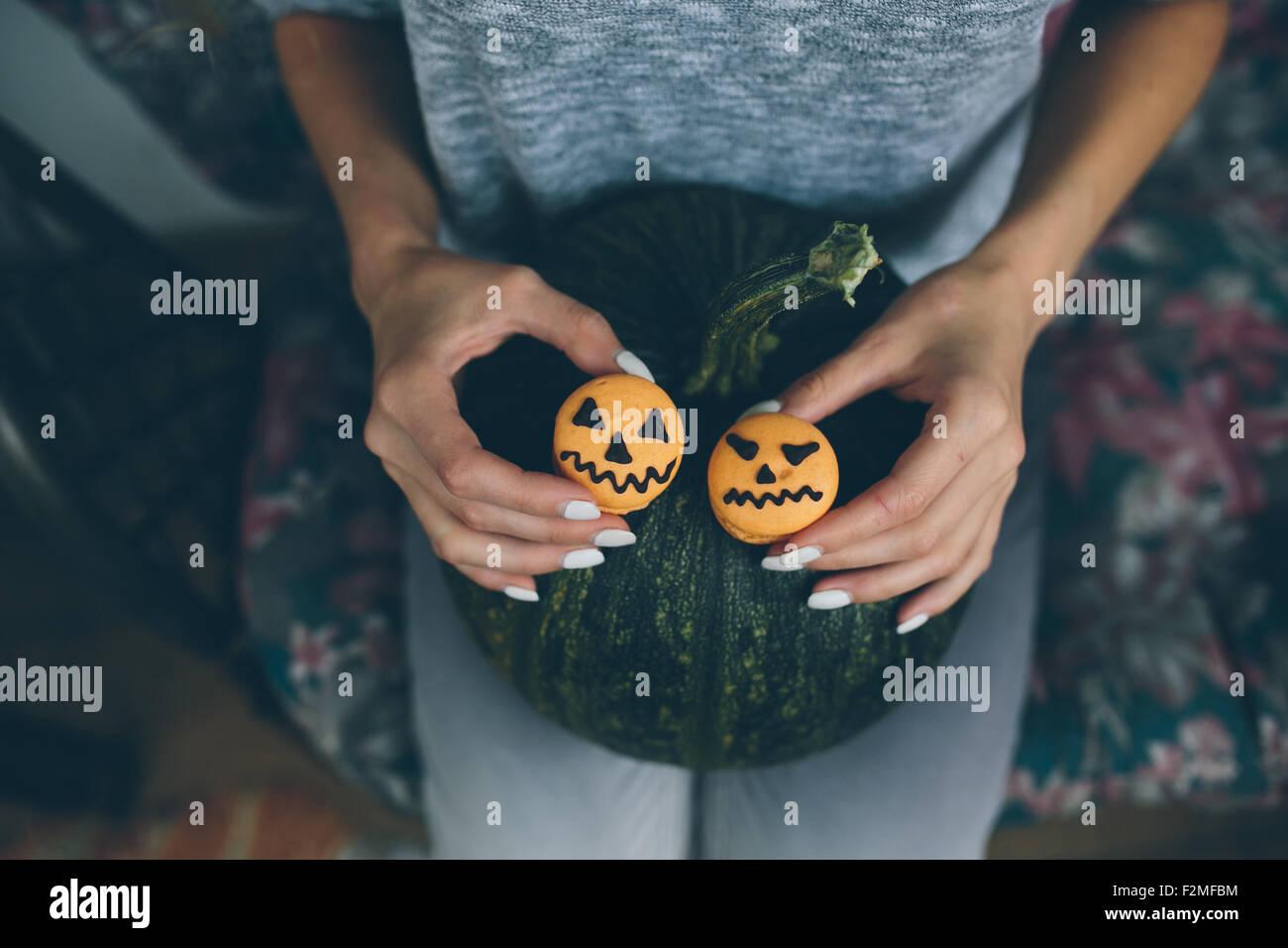 Donna che mantiene un biscotto per Halloween Immagini Stock