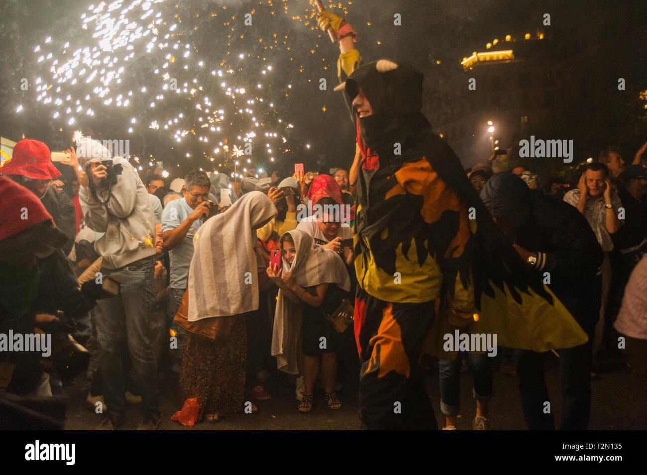 Barcellona, Spagna. Xx Settembre, 2015. Il pubblico alla mostra di godere durante il tentativo di evitare ustioni Immagini Stock
