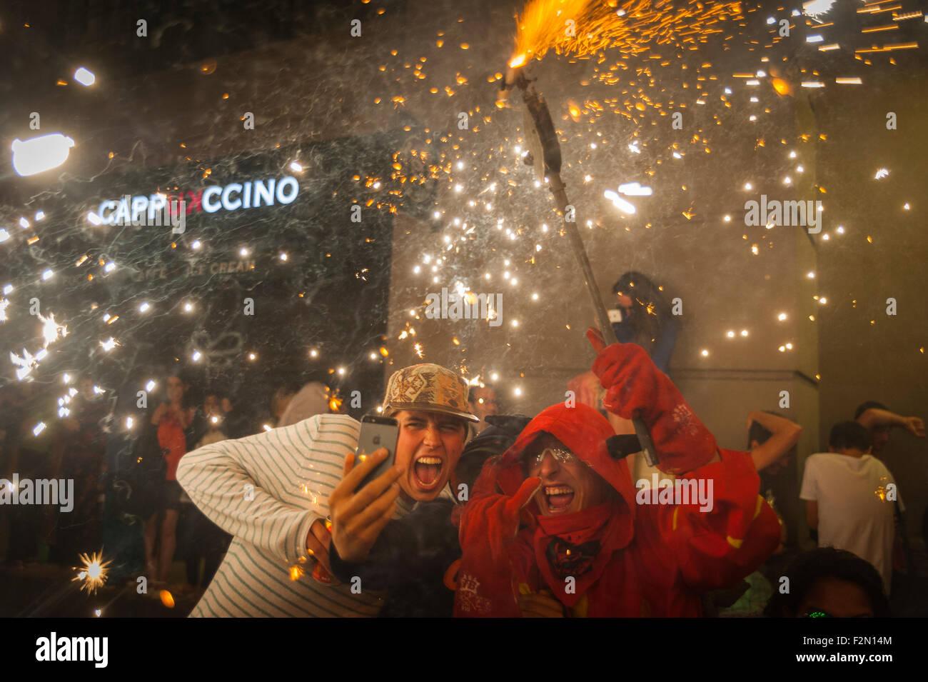 """Barcellona, Spagna. Xx Settembre, 2015. """"Correfoc' pubblico in uno selfie è un membro del """" colla Immagini Stock"""