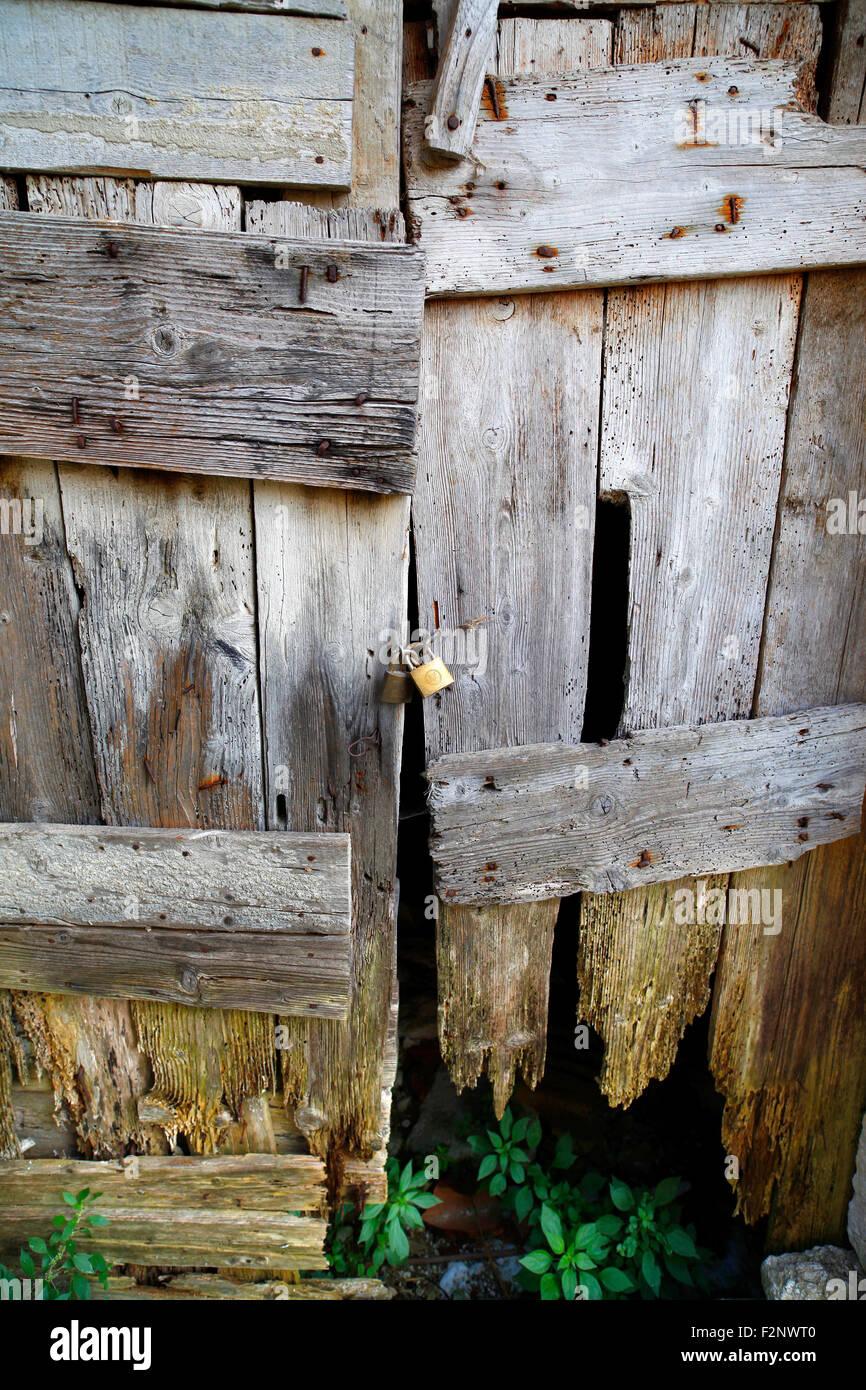 Vecchio di legno marcio porte, Fontecchia, Italia. Immagini Stock