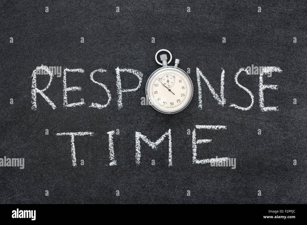 Tempo di risposta di una frase scritta a mano sulla lavagna con vintage cronometro preciso utilizzato al posto di Immagini Stock
