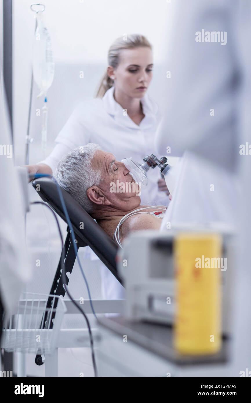 Il personale ospedaliero aiutando il paziente in caso di emergenza Immagini Stock