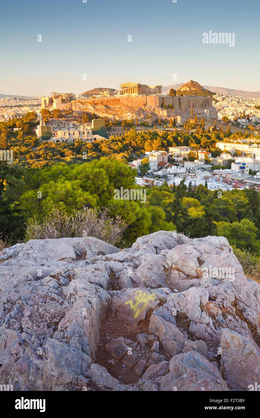 Vista serale di Acropoli dalla collina di Filopappou nel centro di Atene. Foto Stock