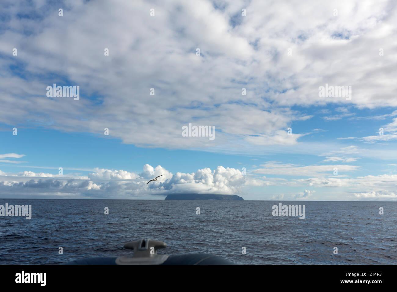 Andando a Corvo Island o Ilha do Corvo dalla barca Zodiac, Azzorre, Portogallo Immagini Stock