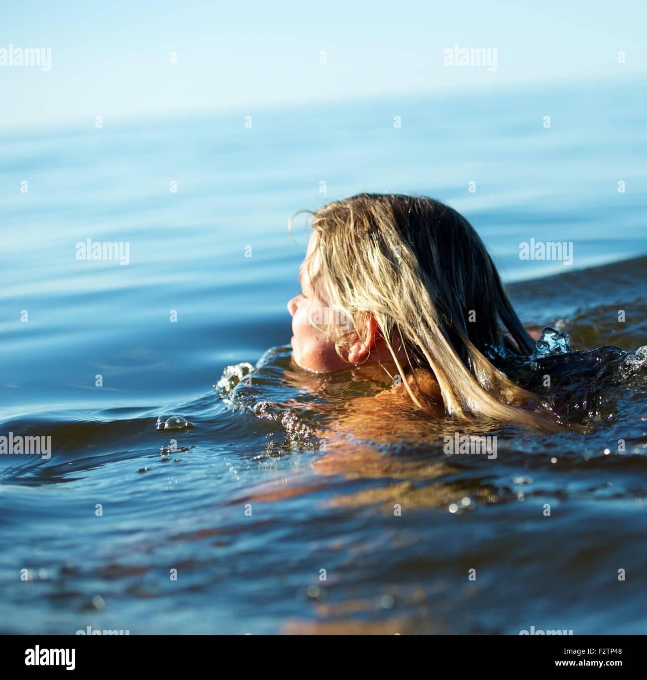 Ragazza nuotare in acqua Immagini Stock
