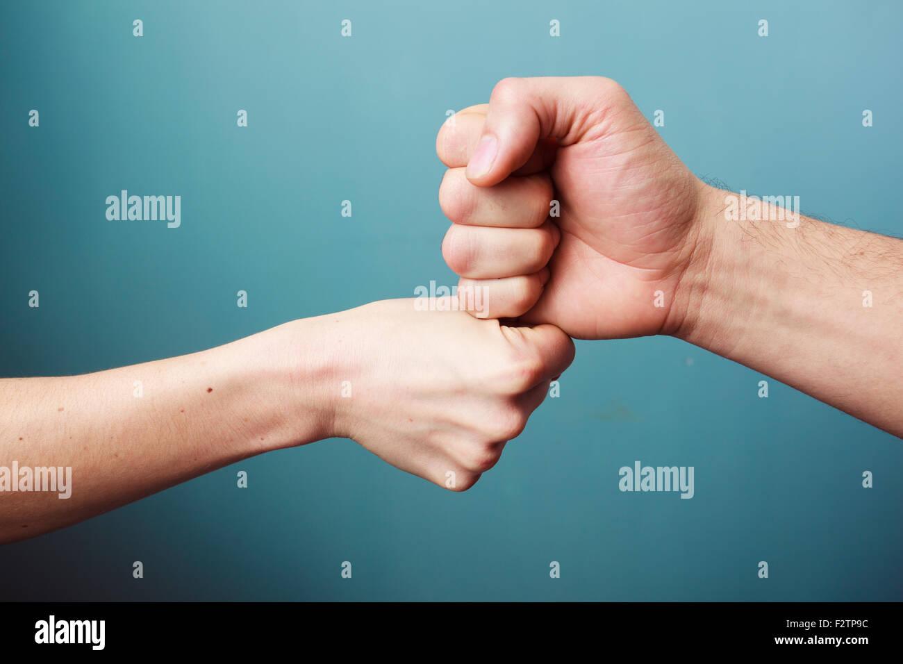 Giovane uomo e donna sono fist bumping Immagini Stock