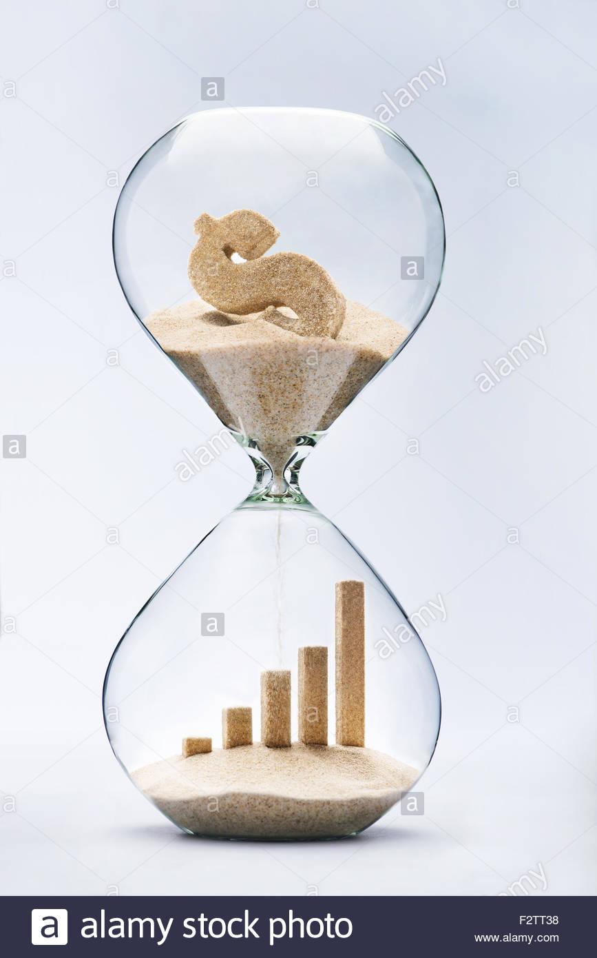 Crescita aziendale barra grafica fatta di sabbia in caduta dal simbolo del dollaro che scorre attraverso la clessidra Immagini Stock