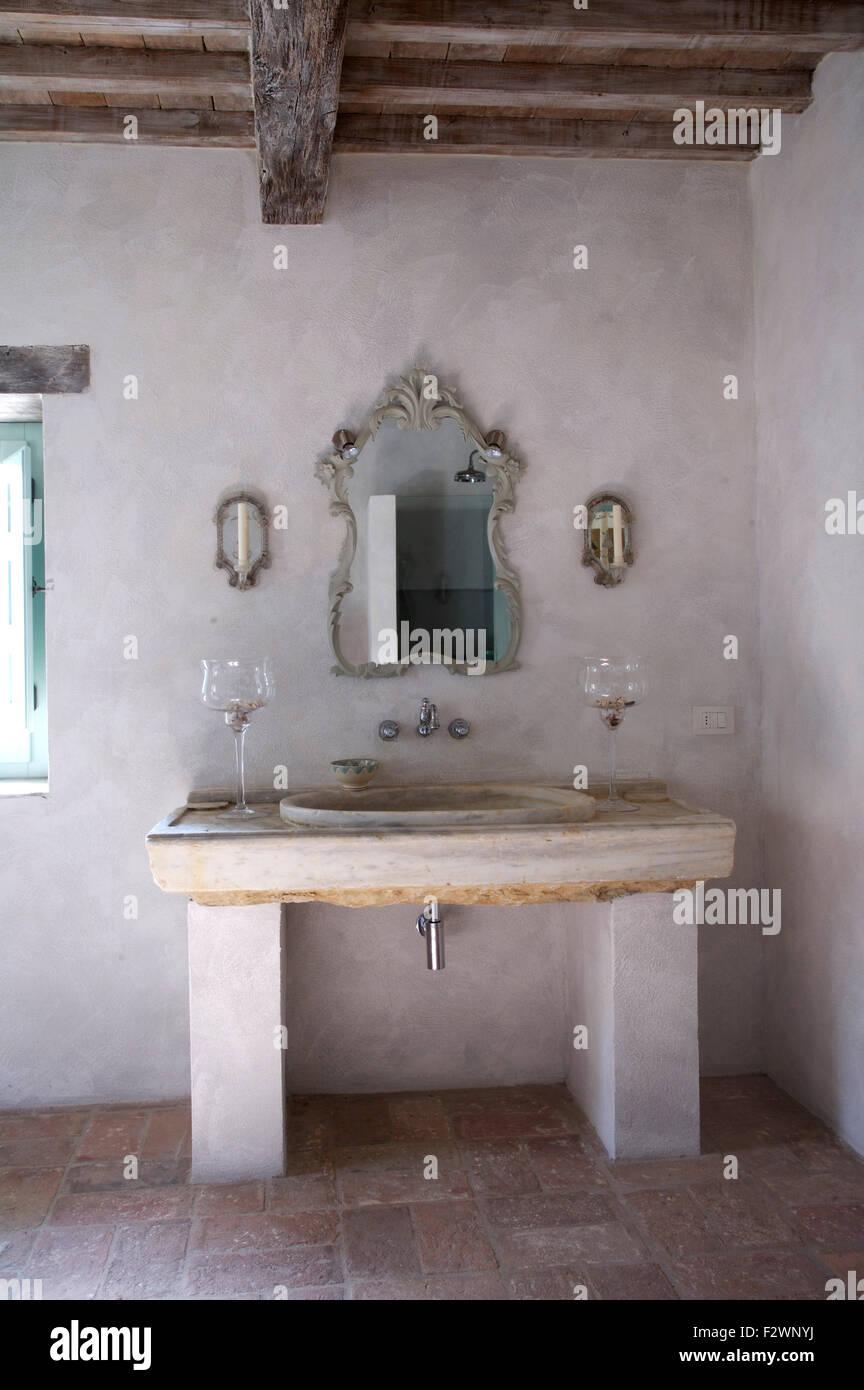Ornato specchio sopra lavabo in pietra unit vanity in italiano rustico bagno paese foto - Lavabo bagno in pietra ...