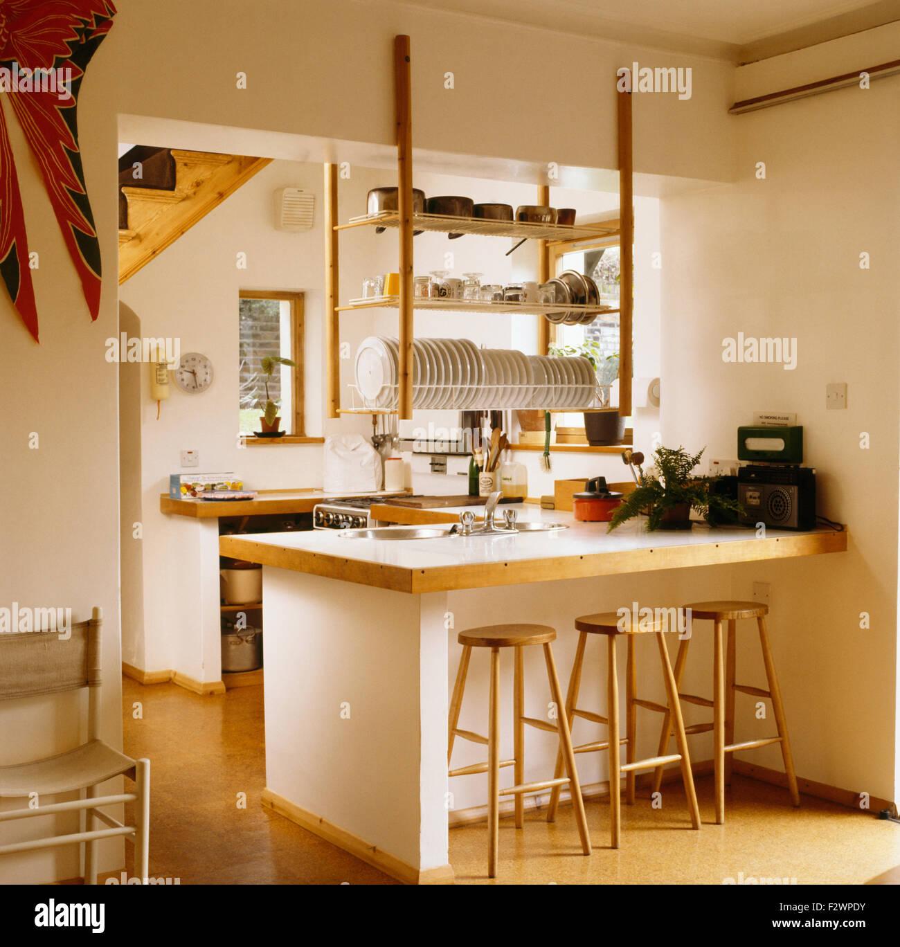 Sgabelli in legno per la prima colazione bar sotto pensile ripiani in legno degli anni novanta for Sgabelli in legno per cucina