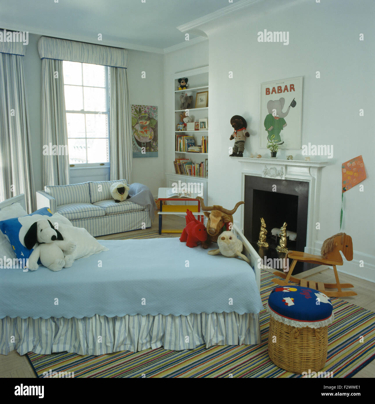 I peluche sul letto di colore azzurro per i bambini camera ...