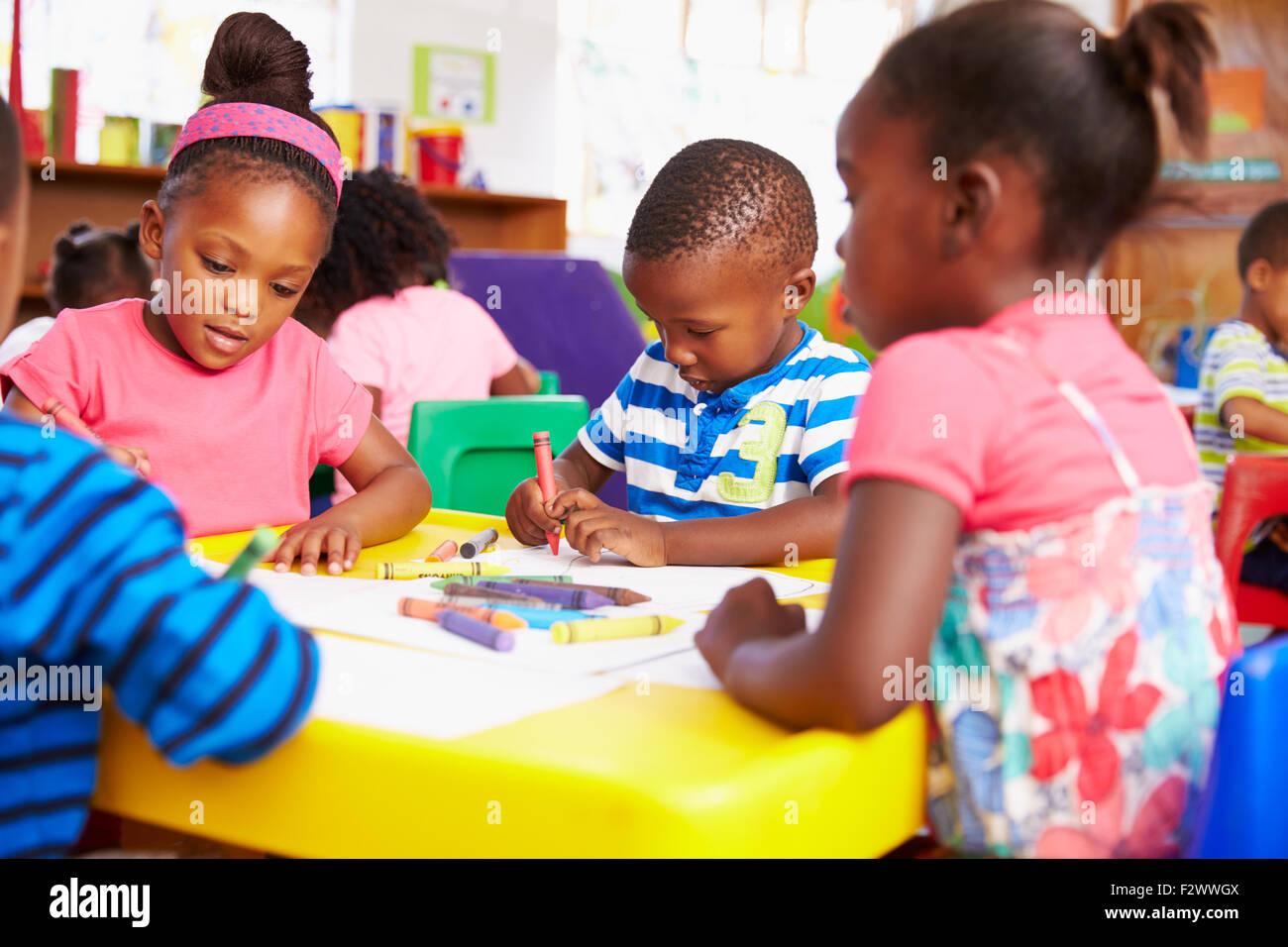 Classe di età prescolare in South African township, close-up Immagini Stock