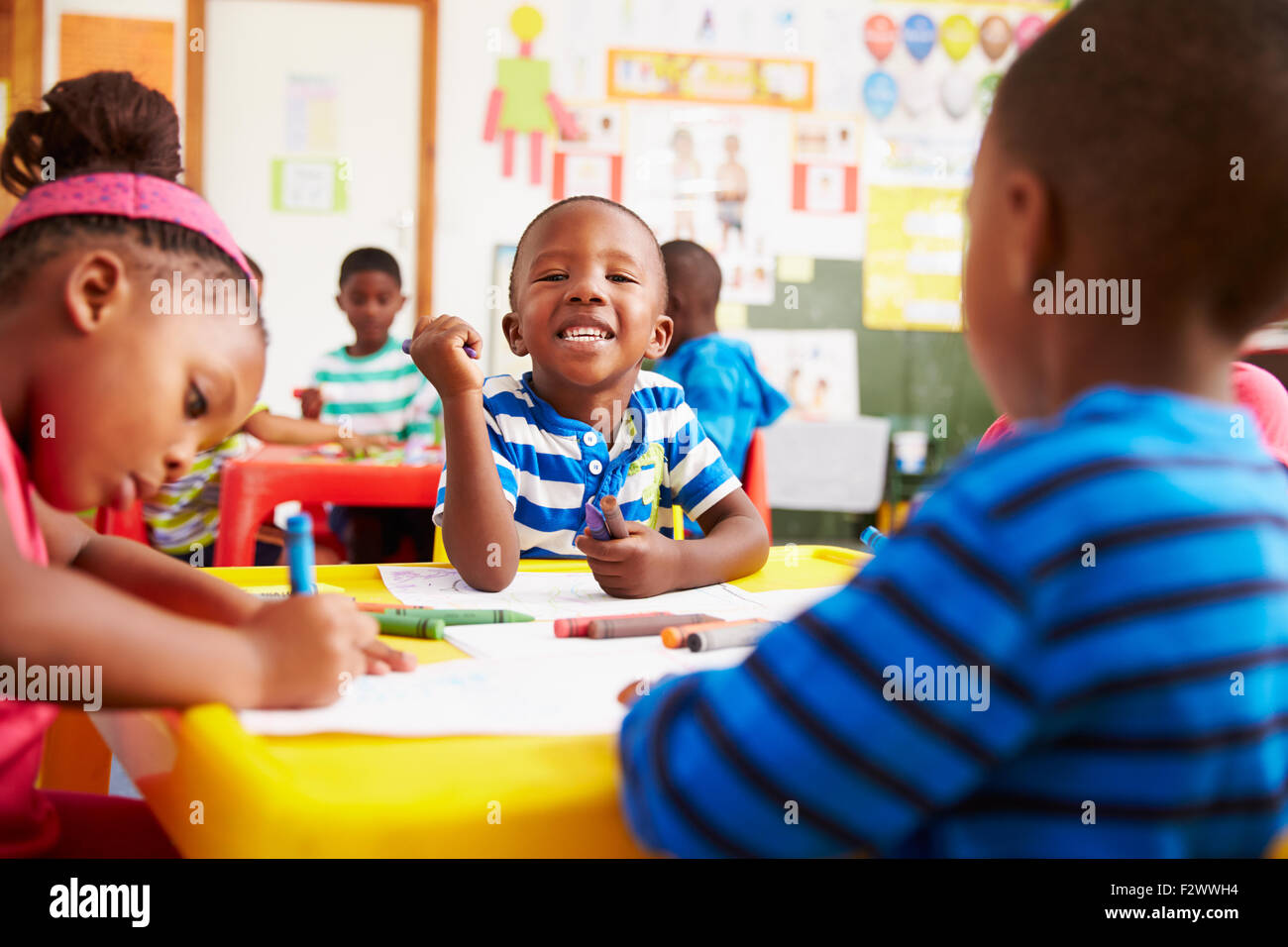 Classe di età prescolare in Sud Africa, ragazzo che guarda alla fotocamera Immagini Stock