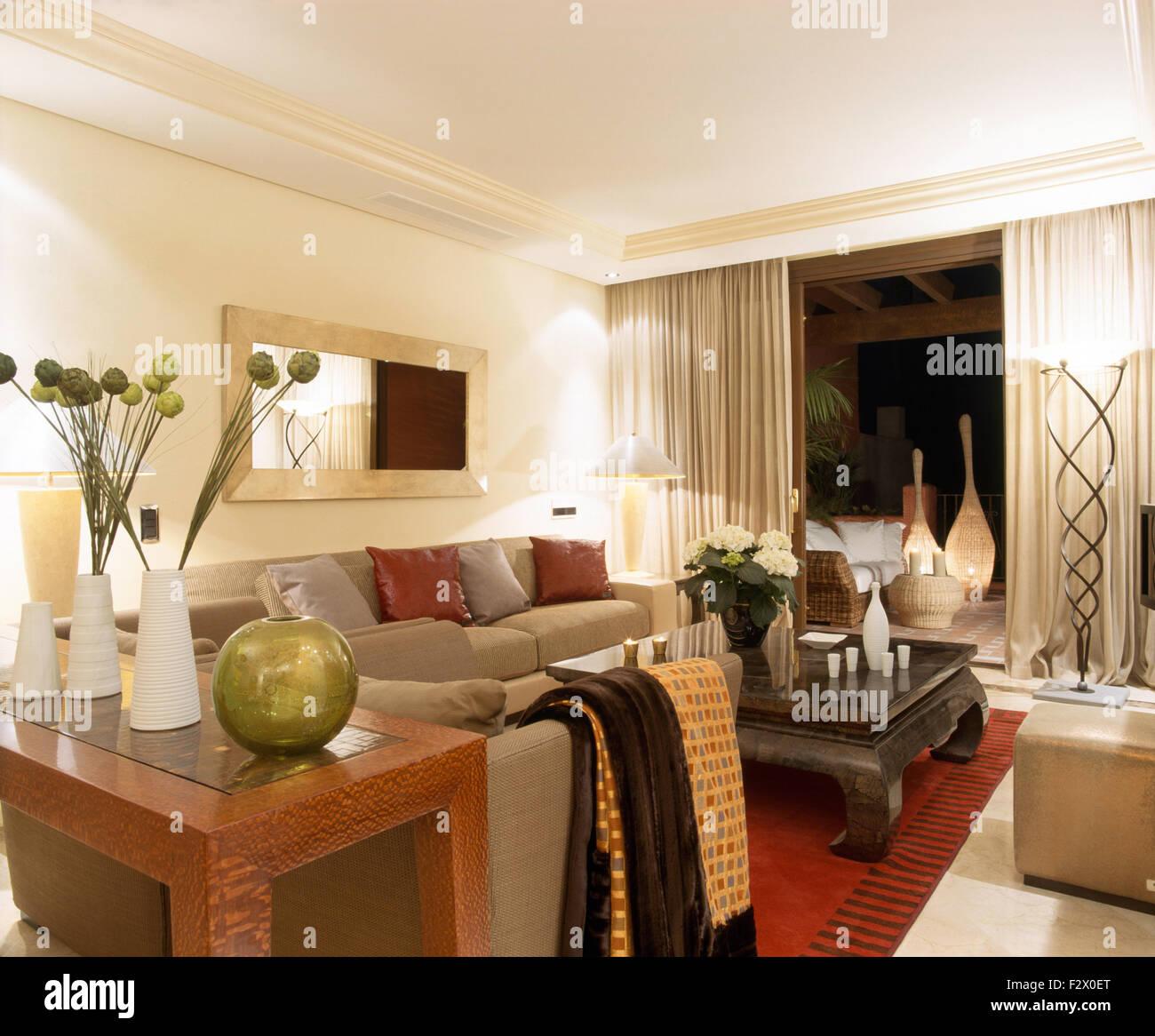 Lana modellato buttare sul divano in spagnolo moderno appartamento ...