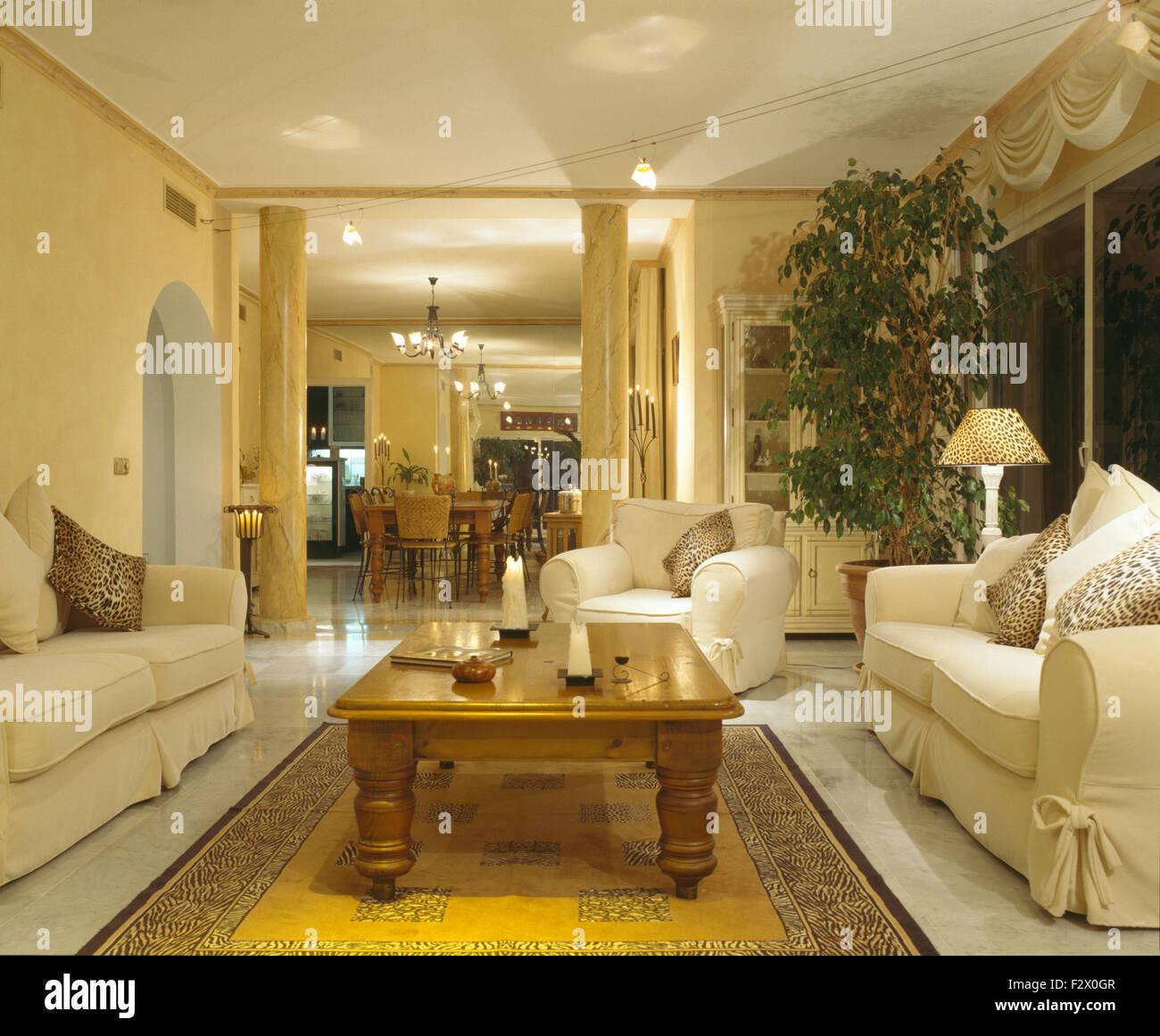 Bianco copre allentati sui divani su entrambi i lati del tavolo da ...