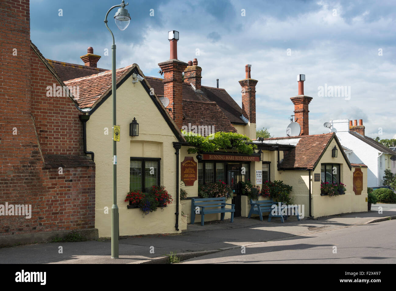 Il XVIII secolo in esecuzione Mare Freehouse Pub & Ristorante, Inclinazione verde, Cobham, Surrey, England, Immagini Stock