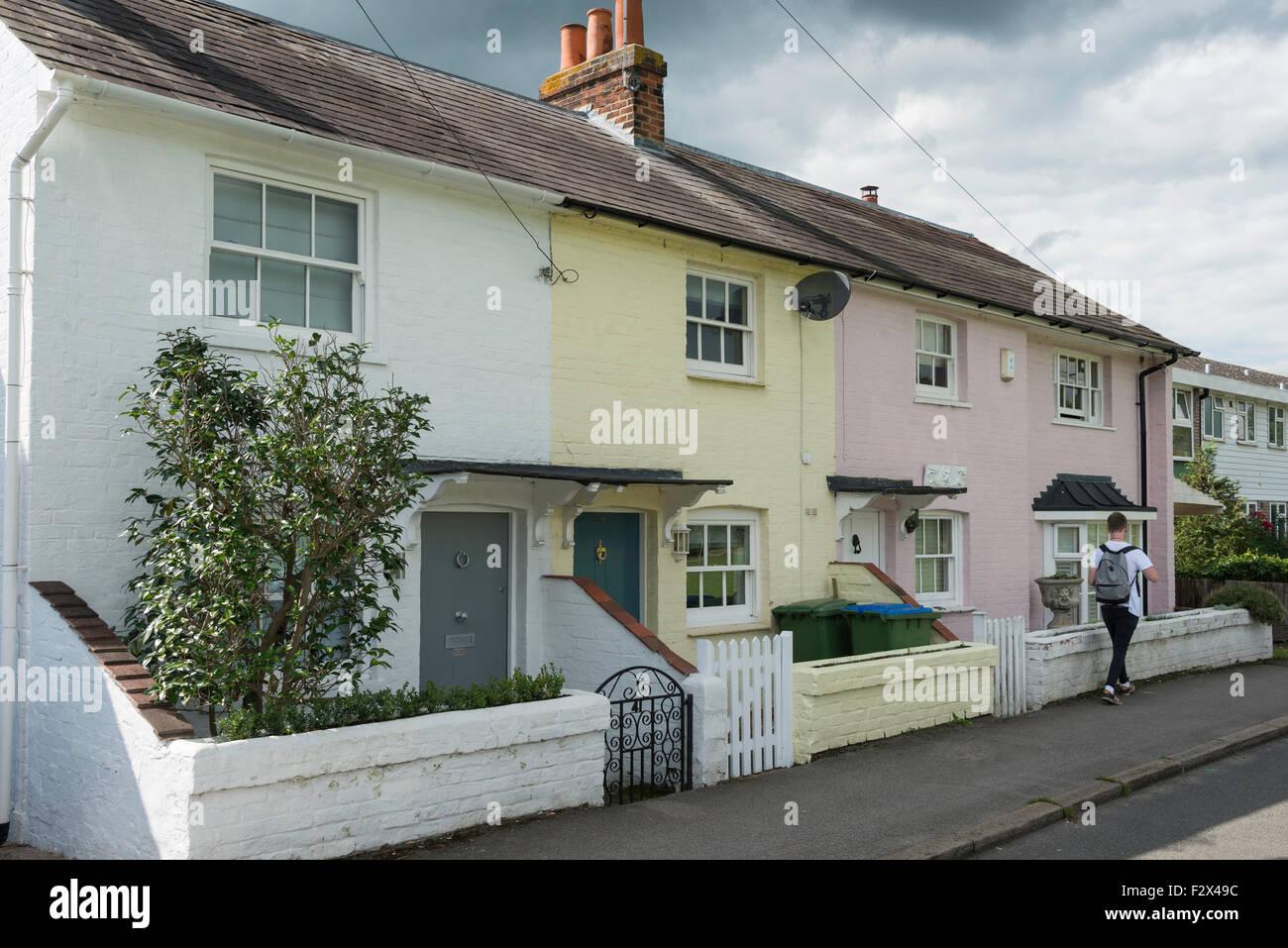File colorate di cottages, Inclinazione verde, Cobham, Surrey, England, Regno Unito Immagini Stock