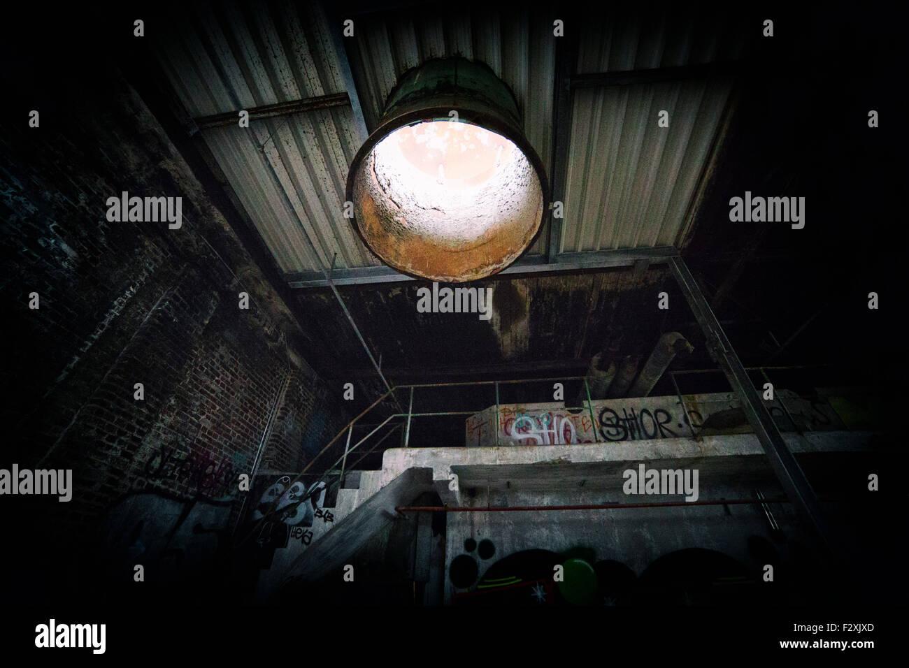 Abbandonato impresa fallita la fabbrica in Germania con tunnel di luce Immagini Stock