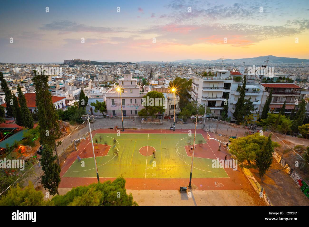 Vista di Atene e di Acropolis dal Strefi Hill. Parco giochi di pallacanestro in primo piano Immagini Stock