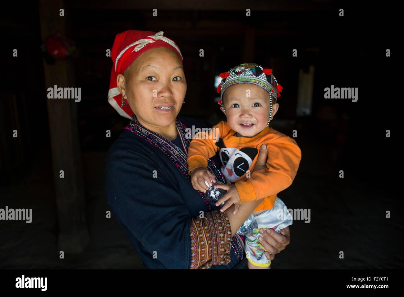 La madre e il bambino dall'etnia Hmong tribù in Vietnam Foto Stock