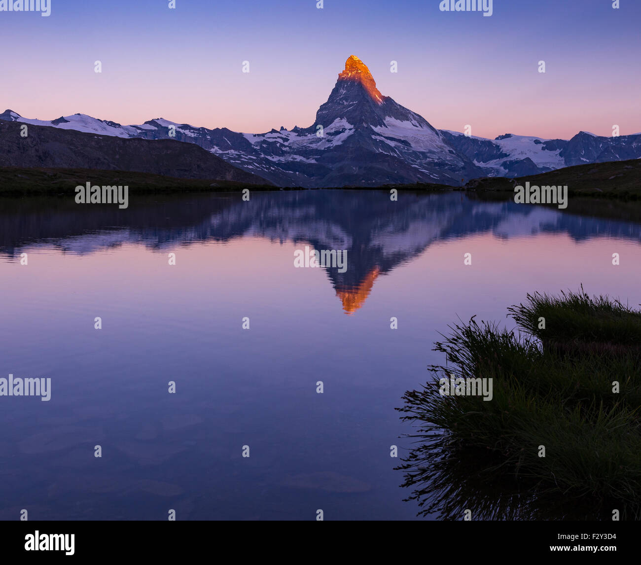 Alba sul Mt.Matterhorn (Cervino). Lago Stellisee, Zermatt, Svizzera Immagini Stock