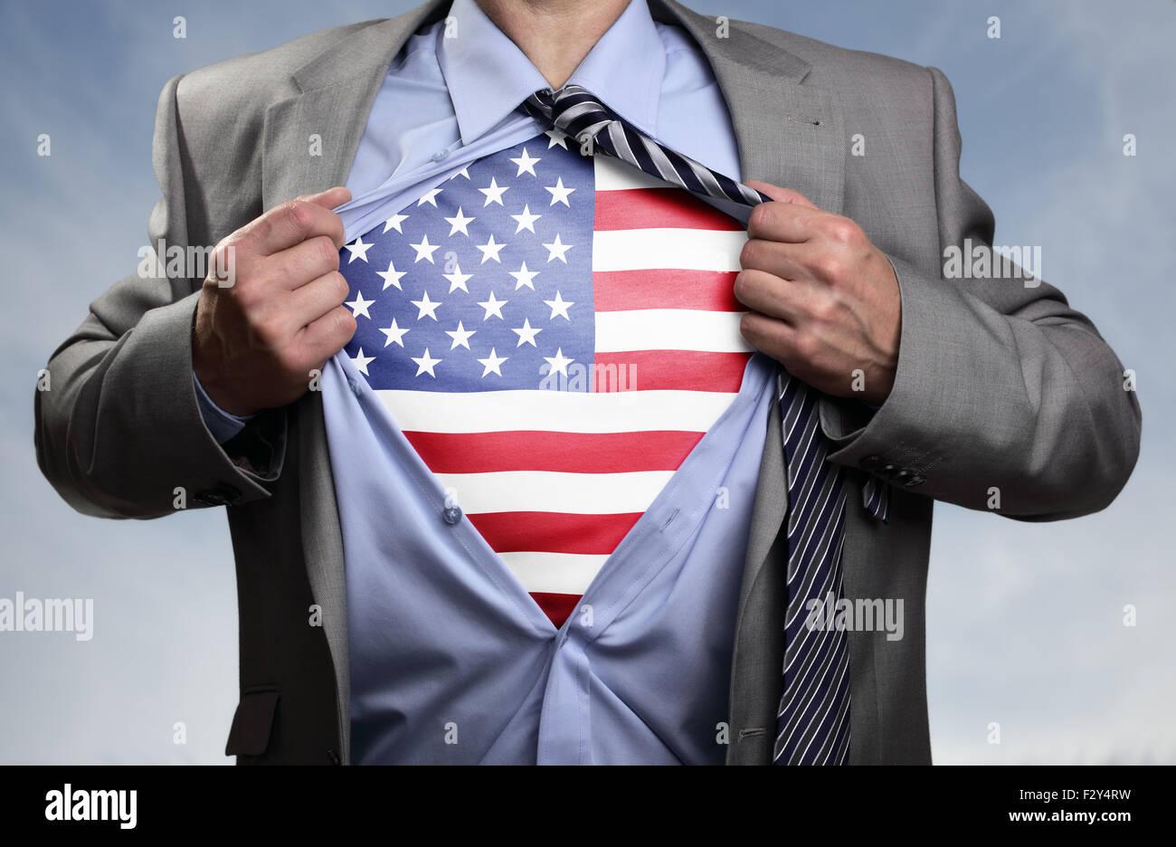 Imprenditore di supereroi rivelando bandiera americana Immagini Stock