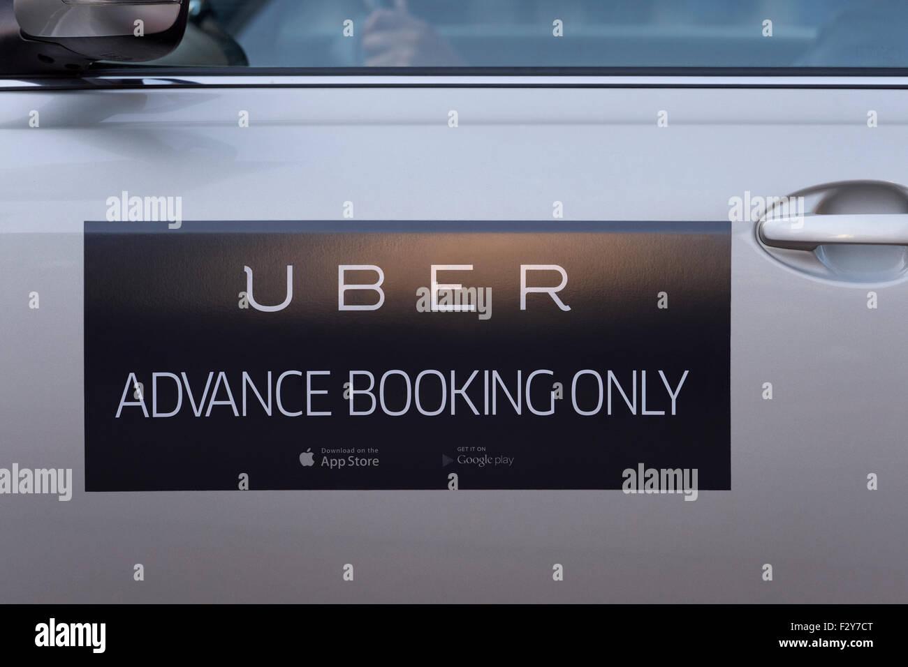 Il logo sul lato di un uber taxi visto nel centro della città di Manchester (solo uso editoriale). Immagini Stock