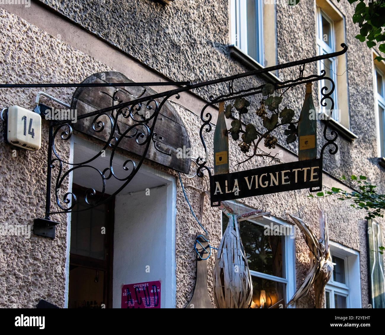 Berlin Veteranenstrasse, Ala vignette wine store ferro battuto segno Immagini Stock