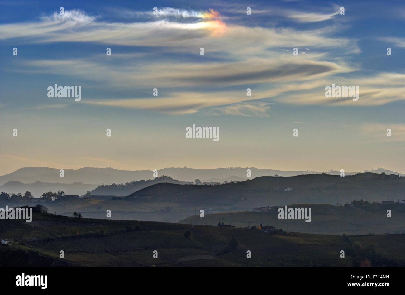 Sun cani (Parhelio) nella campagna vicino a Canelli (Piemonte) Foto Stock