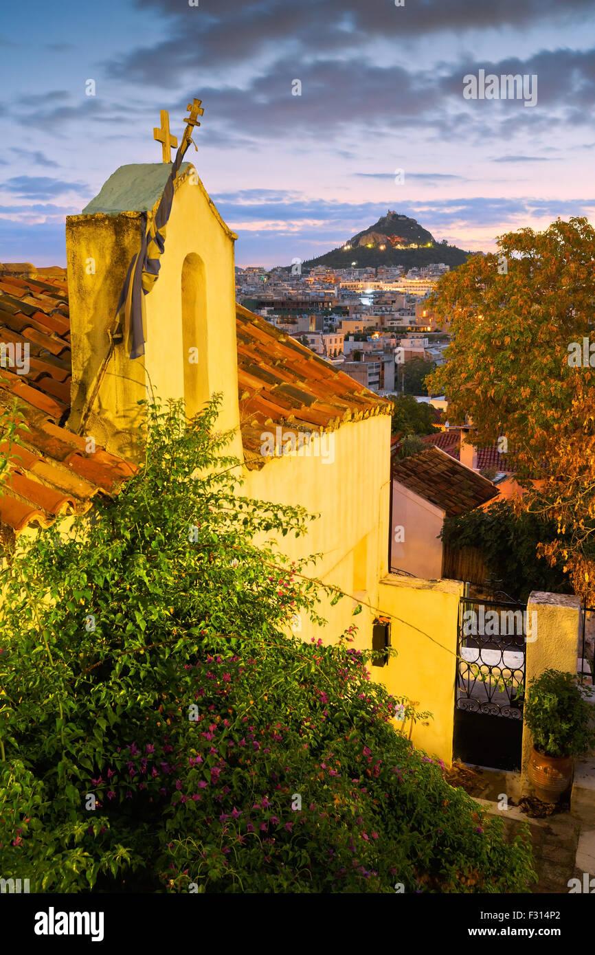 Vista della collina di Lycabettus e una piccola chiesa greco-ortodossa di Anafiotika, Atene. Immagini Stock