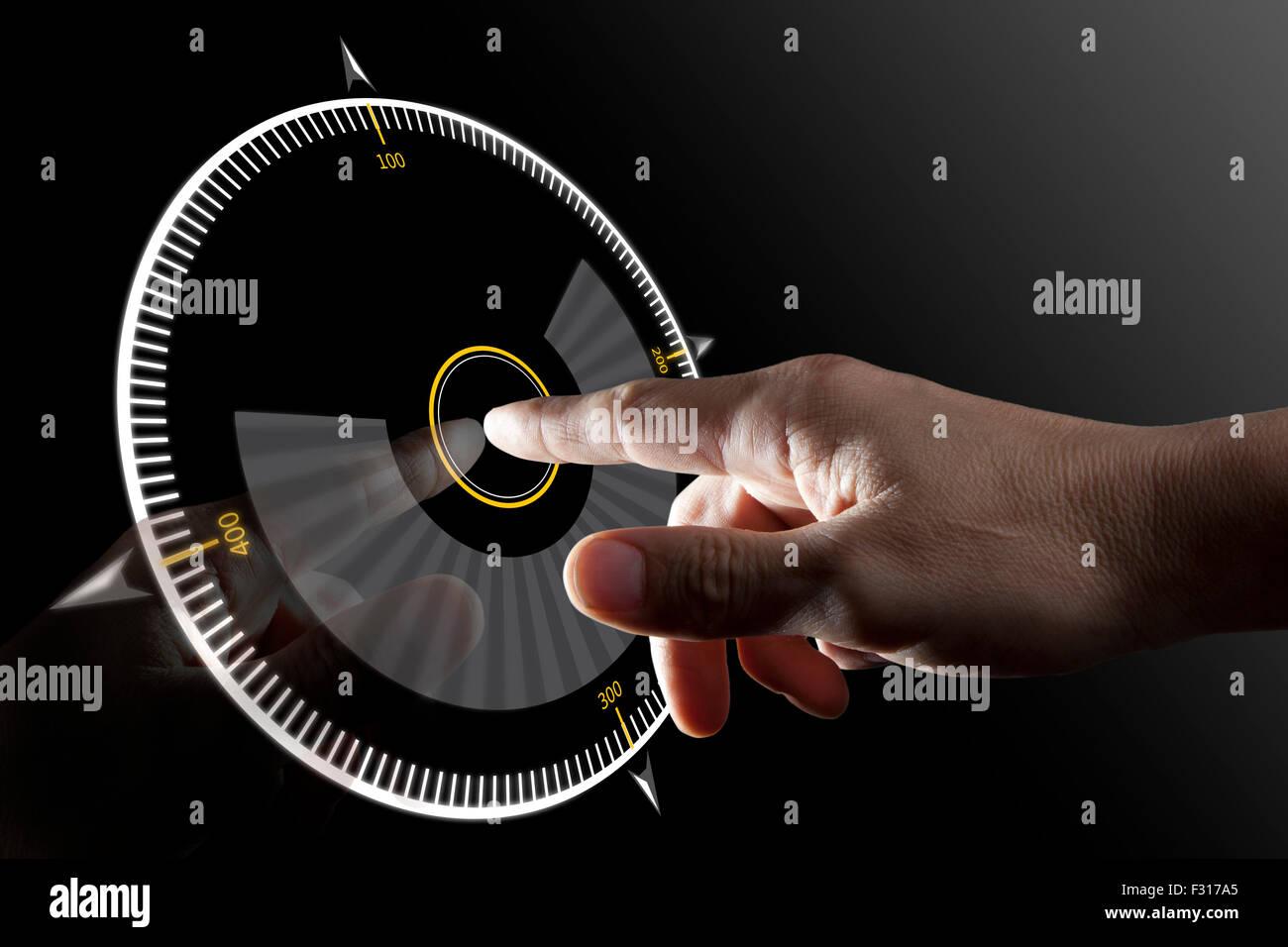Toccate lo schermo con il dito sul pulsante virtuale con sfondo nero Immagini Stock