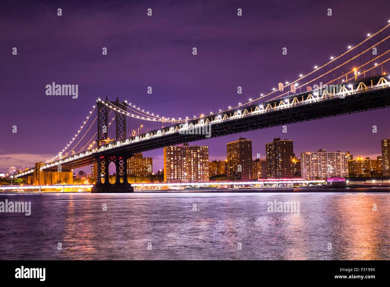 Vista notturna del ponte di Manhattan a New York City Foto Stock