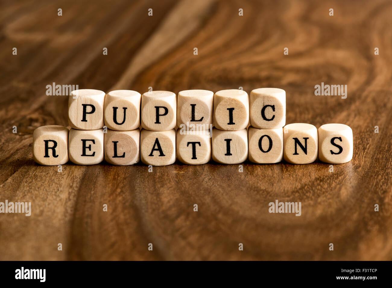 Relazioni PUPLIC parola sfondo su blocchi di legno Immagini Stock