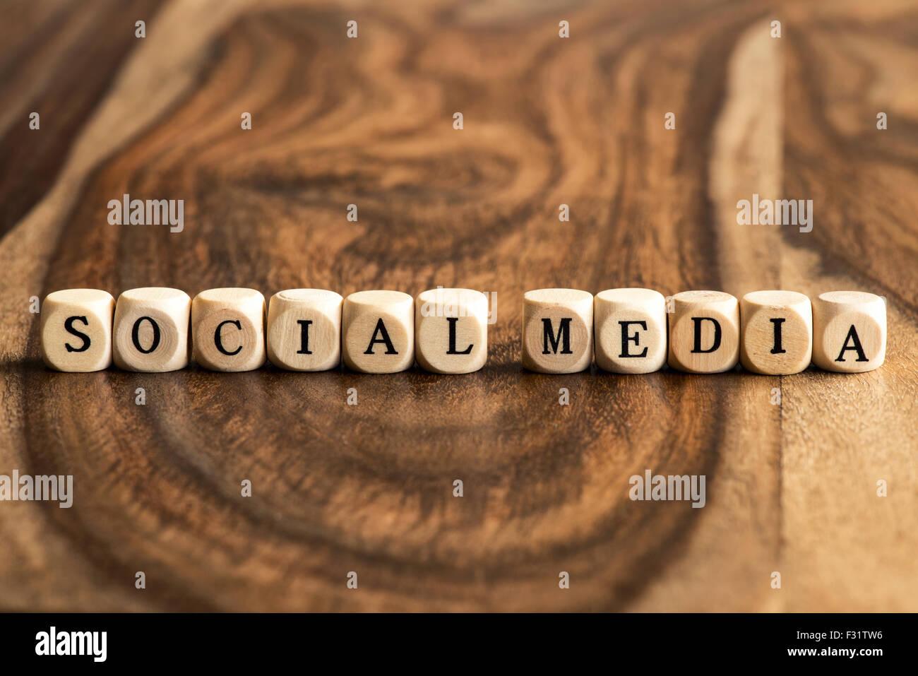 SOCIAL MEDIA parola sfondo su blocchi di legno Immagini Stock