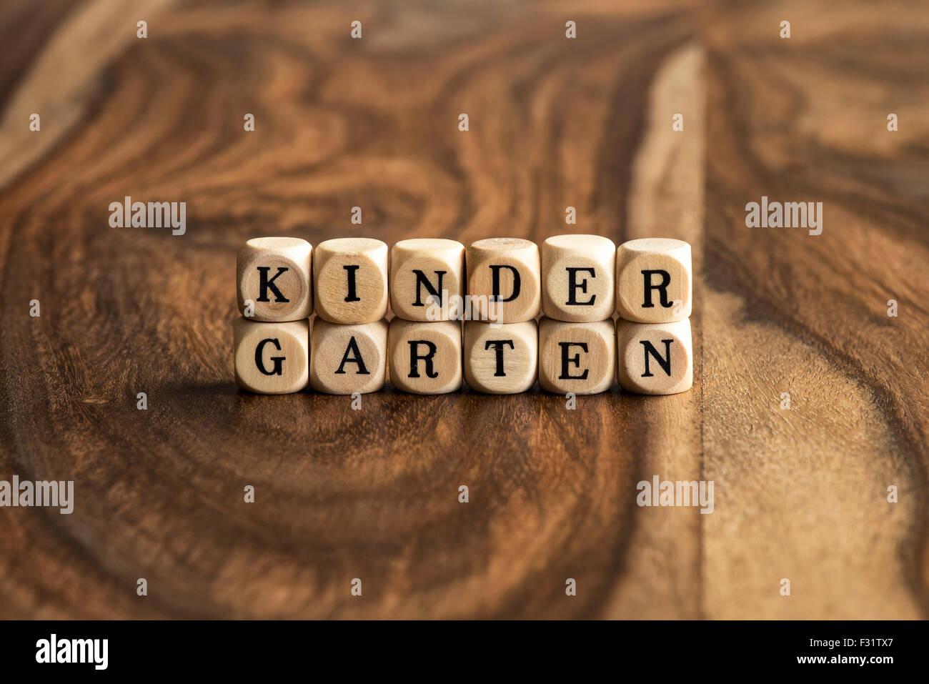 KINDERGARTEN parola sfondo su blocchi di legno Immagini Stock