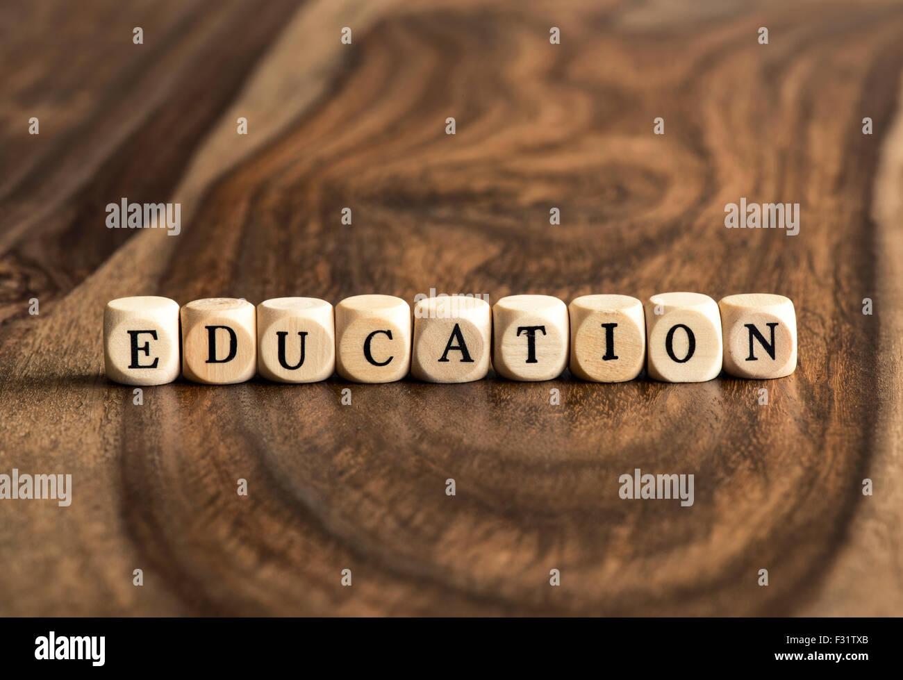 Parola di istruzione sfondo su blocchi di legno Immagini Stock